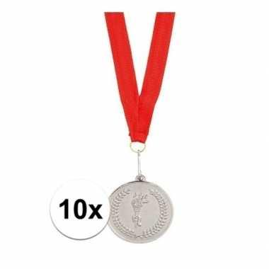 X zilveren medailles tweede prijs aan rood lint carnavalskleding roos