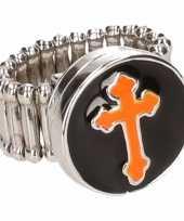 Carnavalskleding zilveren ring oranje kruis chunk roosendaal